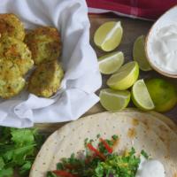 Tacos mit Fischfrikadellen mit Mangos und Joghurt