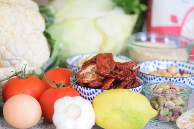 Quinoalaibchen mit Kraut und Tomatennusscreme (1)