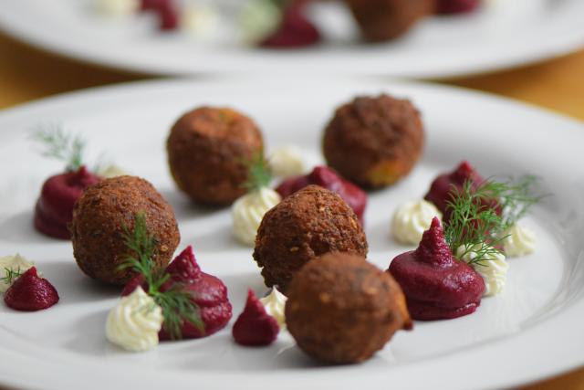 Roter-Rüben-Hummus mit Falafel (4)