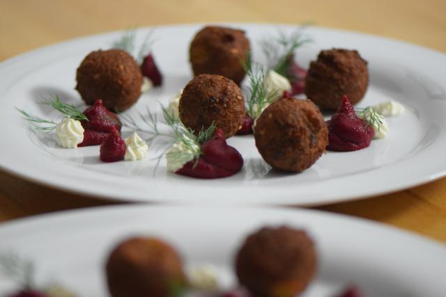 Roter-Rüben-Hummus mit Falafel (5)