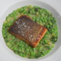 Kochsalat mit Erbsen und Lachs