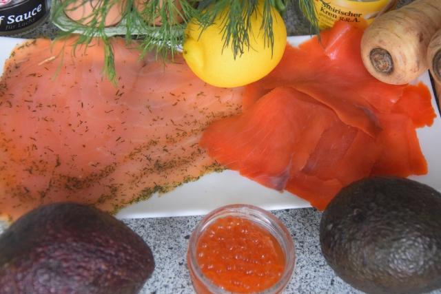 Lachs mit Dille-Avocadowürfeln auf Pastinakenpuffer (1)