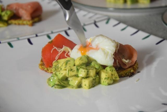Lachs mit Dille-Avocadowürfeln auf Pastinakenpuffer (2)