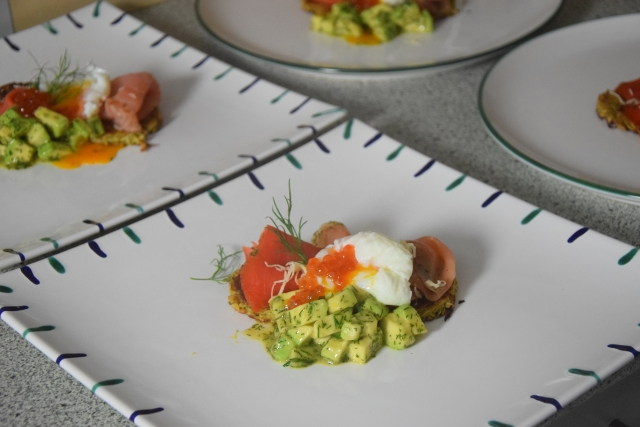 Lachs mit Dille-Avocadowürfeln auf Pastinakenpuffer (4)