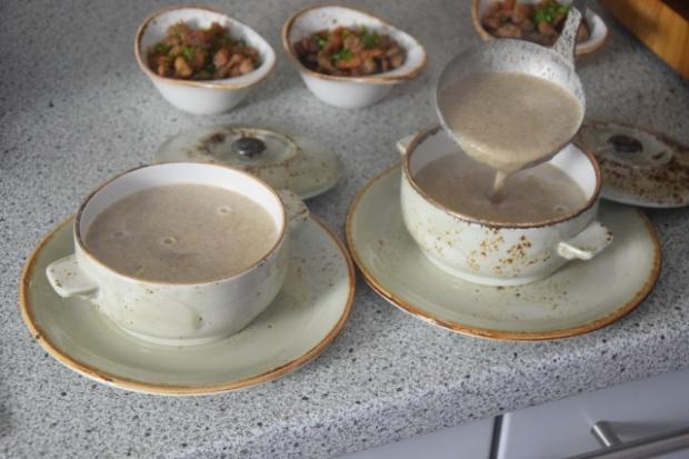 Schwammerlsuppe mit Hadnsterz dann Basilikum-Stubenkuken (3)