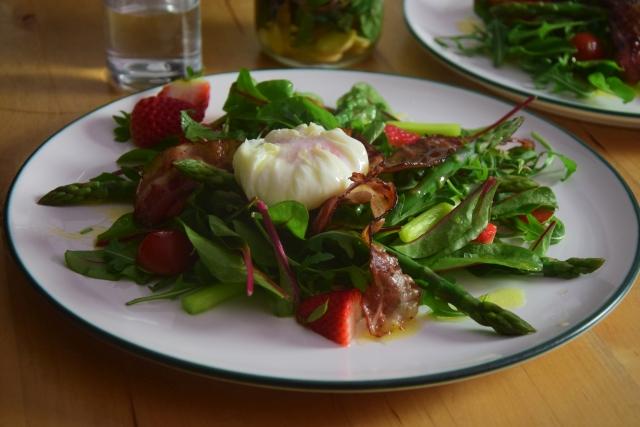 Spargel-Erdbeeren mit pochiertem Ei (2)