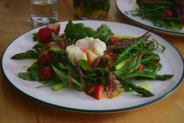 Spargel-Erdbeeren mit pochiertem Ei (3)