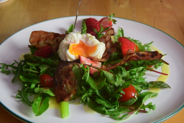 Spargel-Erdbeeren mit pochiertem Ei (4)