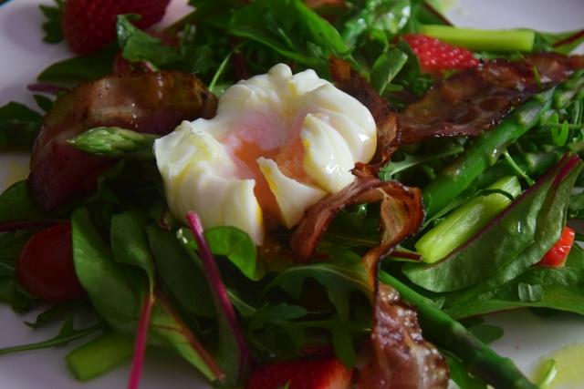 Spargel-Erdbeeren mit pochiertem Ei (6)