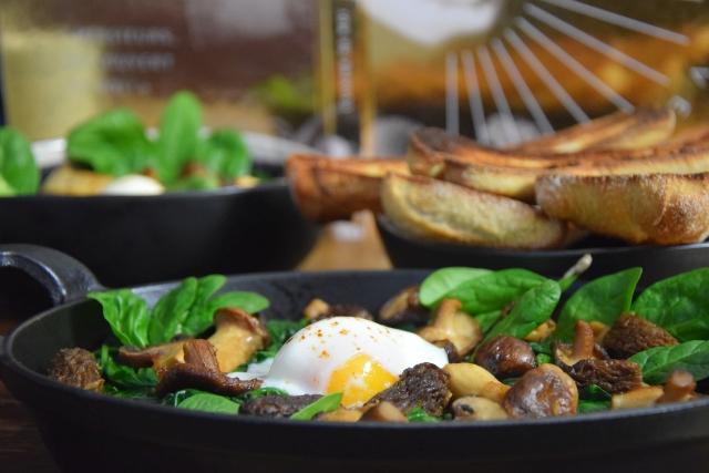 Eier mit Spinat und Pilzen
