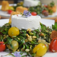 Mangoldsalat mit Ziegencamembert-Ecken