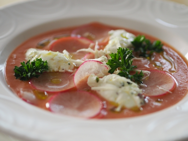 Geeiste Radieschen-Tomatensuppe mit Rosapfeffer (2).jpg