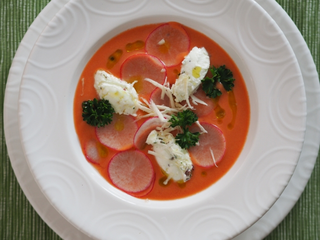 Geeiste Radieschen-Tomatensuppe mit Rosapfeffer