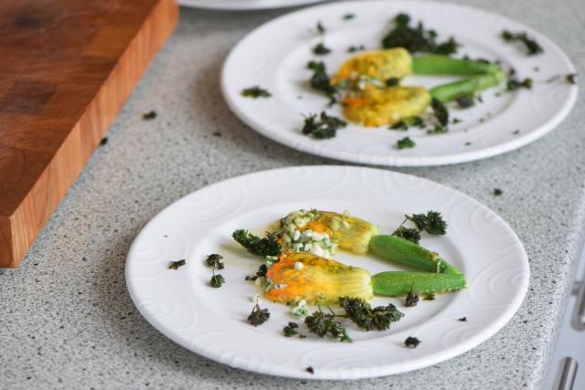 Gefüllte Zucchiniblüten mit frittierter Petersilie (2).jpg