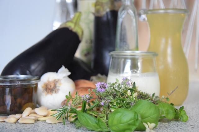 Melanzani-Kräuter-Suppe mit Taggiasche-Oliven (1).jpg