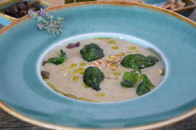 Melanzani-Kräuter-Suppe mit Taggiasche-Oliven