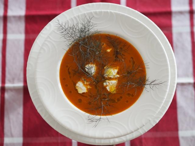 Tomatensuppe mit Bronzefenchel und Ziegenweichkäse
