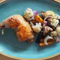 Schwarzhuhn und schwarze Karotten im Ofen