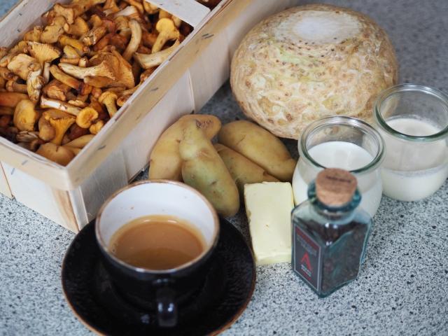 Eierschwammerl mit Sellerietaler und Kaffee-Kartoffel-Espuma (1).jpg