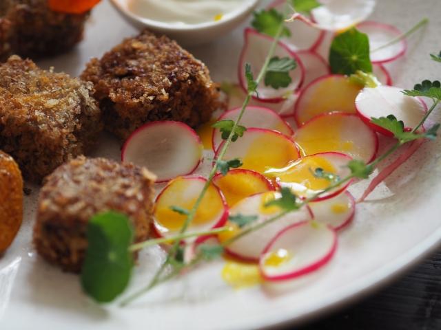Bäckchenpralinen mit Radieschensalat