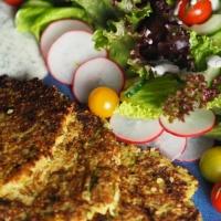 Weiße Quinoa-Puffer mit Salat