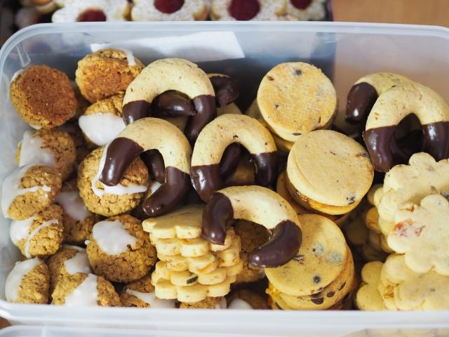 Von links nach rechts: Haferkekse, Schokovanillekipferl, Schoko-Orangenkekse, Butterkekse mit Orangade