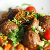 Kichererbsen-Tomaten-Eintopf mit Faschierten Massaman-Bällchen