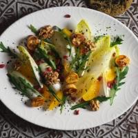 Chicorée/Rucola/Orangen-Salat mit gerösteten Bananen