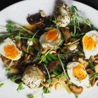 Grüner Spargel, Mandeln, Eier, Shiitake-Pilze mit Misodressing
