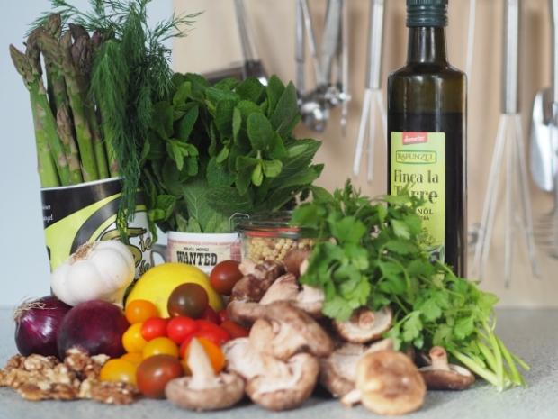 Fregolasalat mit grünem Spargel, Shiitake und Walnüsse (1)
