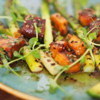 Spargel, Avocado und Tofu in Sesam-Lupinen-Soße