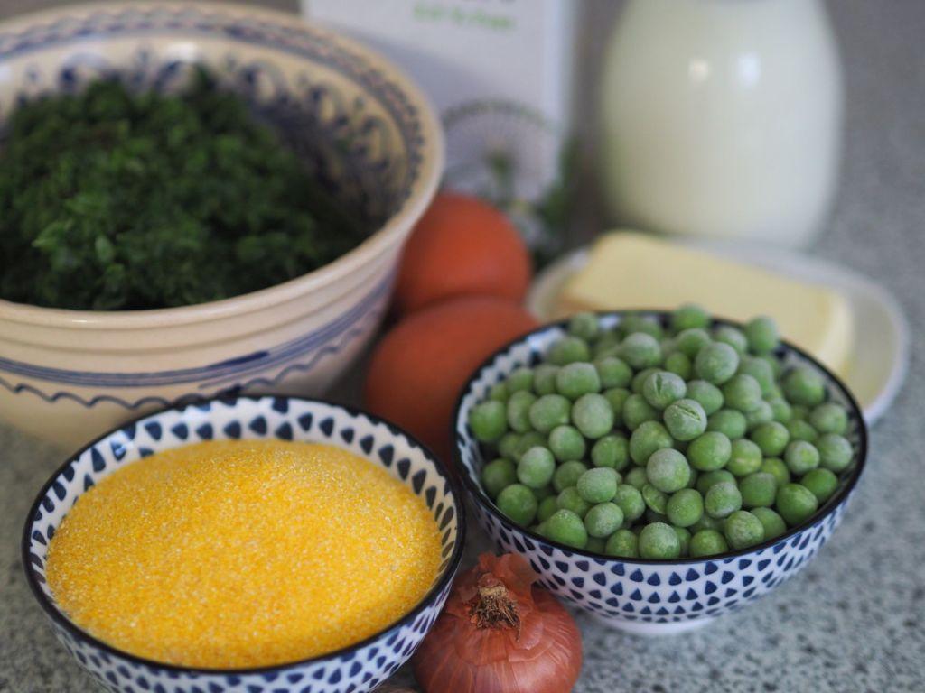 Kochsalat mit Erbsen mit Polentaknödeln
