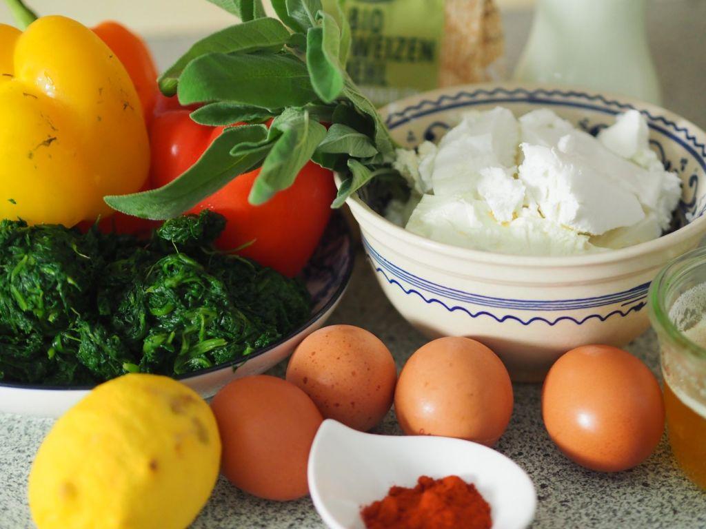 Paprika-Palatschinken mit Spinat-Frischkäse-Füllung
